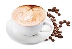 Tazza del caffè del cappuccino e dei chicchi di caffè Priorità bassa bianca fotografie stock libere da diritti