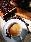Tazza del caffè del caffè espresso, di vecchia smerigliatrice e dei fagioli Fotografie Stock Libere da Diritti