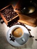 Tazza del caffè del caffè espresso, di vecchia smerigliatrice e dei fagioli Immagini Stock