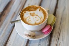 Tazza del caffè del cappuccino con due bigné fotografia stock libera da diritti