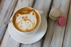 Tazza del caffè del cappuccino con due bigné fotografie stock