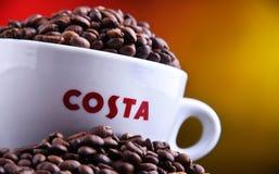 Tazza del caffè e dei fagioli di Costa Coffee fotografie stock libere da diritti