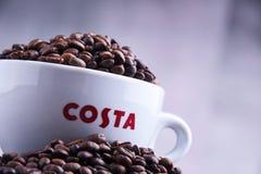 Tazza del caffè e dei fagioli di Costa Coffee fotografia stock