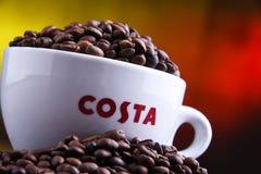 Tazza del caffè e dei fagioli di Costa Coffee fotografie stock