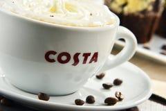 Tazza del caffè e dei muffin di Costa Coffee fotografia stock libera da diritti