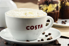 Tazza del caffè e dei muffin di Costa Coffee immagine stock libera da diritti