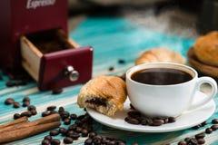 Tazza del caffè espresso caldo del caffè e dei croissant freschi, natura morta, Bre fotografia stock