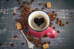 Tazza del caffè espresso con un cuore del crema su fondo d'annata Fotografia Stock Libera da Diritti