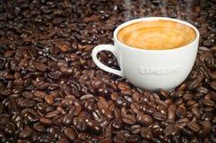 Tazza del caffè espresso di mattina in chicchi di caffè arrostiti Fotografie Stock