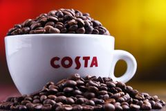 Tazza del caff? e dei fagioli di Costa Coffee fotografia stock
