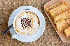 Tazza del cappuccino con burro croccante Fotografia Stock Libera da Diritti