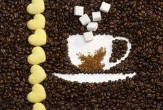 Tazza del chicco di caffè con i biscotti immagine stock
