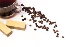 Tazza del chicco di caffè e delle cialde Fotografie Stock Libere da Diritti