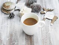 Tazza del cioccolato su tempo di Natale con i biscotti del pan di zenzero ed il Orn Fotografia Stock