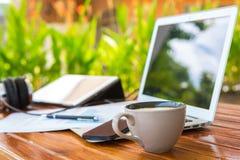 Tazza del computer portatile, della compressa, dello smartphone e di caffè Immagini Stock Libere da Diritti