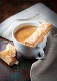 Tazza del crema del caffe con le pasticcerie francesi Immagine Stock Libera da Diritti