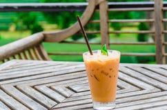 Tazza del fondo dolce fresco del tè delle piantagioni di tè Fotografie Stock
