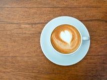 Tazza del latte del caffè di arte su legno Fotografie Stock