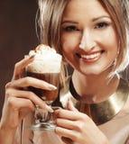Tazza del latte del caffè della tenuta della giovane donna Immagini Stock