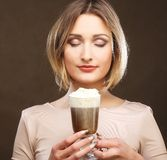 Tazza del latte del caffè della tenuta della giovane donna fotografia stock