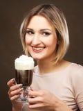 Tazza del latte del caffè della tenuta della giovane donna immagine stock libera da diritti