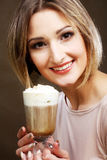 Tazza del latte del caffè della tenuta della giovane donna Fotografie Stock Libere da Diritti