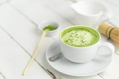 Tazza del latte di matcha del tè verde con copyspace immagine stock