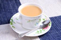 Tazza del tè e del cucchiaio del latte Immagini Stock Libere da Diritti