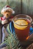 Tazza del tè del limone coperta di sciarpa Albero di Natale nella priorità bassa Concetto di inverno immagine stock libera da diritti