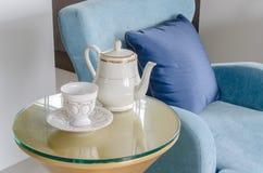 Tazza dell'insieme di tè con la sedia classica del blu di stile Immagine Stock