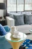 Tazza dell'insieme di tè con la sedia classica del blu di stile Immagini Stock