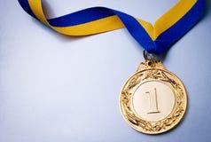 Tazza dell'oro su un fondo blu scuro Immagine Stock Libera da Diritti