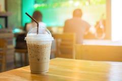 tazza della Ake-casa del caffè di ghiaccio sulla tavola di legno fotografie stock libere da diritti