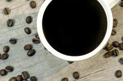 Tazza della bevanda calda con il fascio sulla tavola di legno, fine del caffè su Fotografie Stock