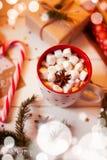 Tazza della bevanda del cioccolato caldo Cacao con le caramelle gommosa e molle e la cannella Fotografia Stock