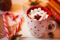 Tazza della bevanda del cioccolato caldo Cacao con le caramelle gommosa e molle e la cannella Immagine Stock