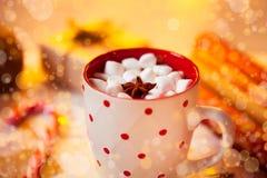 Tazza della bevanda del cioccolato caldo Cacao con le caramelle gommosa e molle e la cannella Fotografie Stock Libere da Diritti