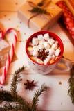 Tazza della bevanda del cioccolato caldo Cacao con le caramelle gommosa e molle e la cannella Immagine Stock Libera da Diritti