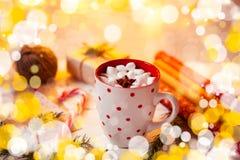 Tazza della bevanda del cioccolato caldo Cacao con le caramelle gommosa e molle e la cannella Fotografia Stock Libera da Diritti
