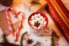Tazza della bevanda del cioccolato caldo Cacao con le caramelle gommosa e molle e la cannella Fotografie Stock