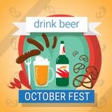 Tazza della bottiglia di vetro della birra con l'insegna di festival di Oktoberfest della ciambellina salata della salsiccia Immagine Stock Libera da Diritti