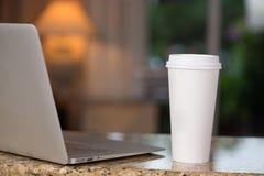 Tazza della cima e di caffè del rivestimento Fotografia Stock