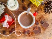 Tazza della cioccolata calda con le scatole di regalo e la bottiglia di latte fotografie stock