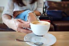 Tazza della donna del caffè Fotografia Stock