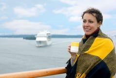 Tazza della holding della ragazza sulla piattaforma della nave Fotografia Stock Libera da Diritti