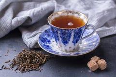 Tazza della porcellana di tè nero su un fondo scuro Bevanda calda - tè nero Immagine Stock Libera da Diritti