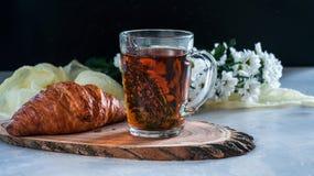 Tazza della prima colazione di tè con timo ed il croissant Fotografia Stock