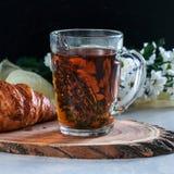 Tazza della prima colazione di tè con timo ed il croissant Fotografia Stock Libera da Diritti