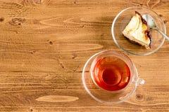 Tazza della torta di mele e del tè sul desktop di legno con lo spazio della copia Immagini Stock