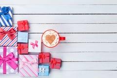 Tazza delle scatole di regalo ed il cappuccino Fotografia Stock Libera da Diritti